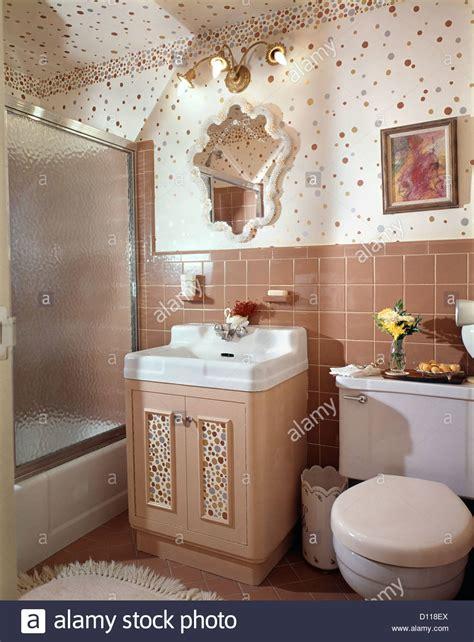 parete doccia vasca da bagno anni sessanta interno beige bagno rivestito di