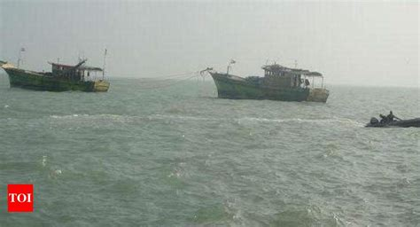 Boat Club Pune Hdfc Bank Ifsc Code by Two Navy Boats Submerged After At Naval Dockyard