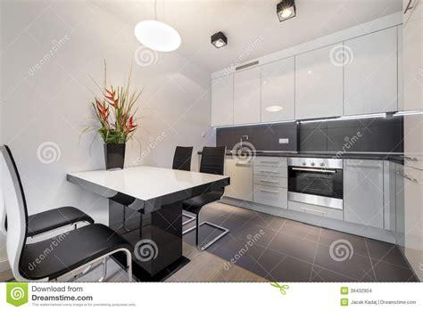 cuisine moderne avec le plancher de tuiles gris photo stock image 39432904