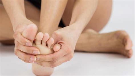Diese Erkrankungen können hinter juckenden Füßen stecken