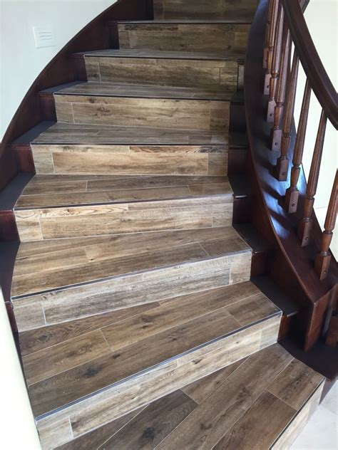 Treppe Fliesen Holzoptik by Wood Looking Tile With Newly Stained Banister Porcelain