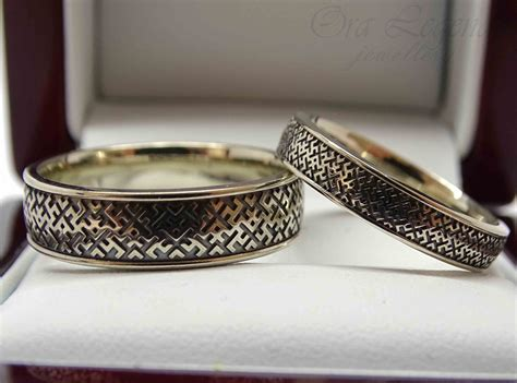 Laulību gredzeni no baltā zelta ar zīmēm   Ora Legendo, Riga