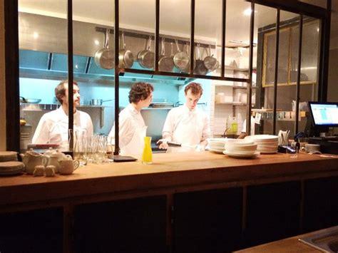 restaurant cuisine ouverte caillebotte plan de travail en bois vaisselle blanche ardoise cuisine ouverte verriere