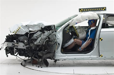 siege auto crash test 2014 2014 dodge challenger safety review and crash test ratings
