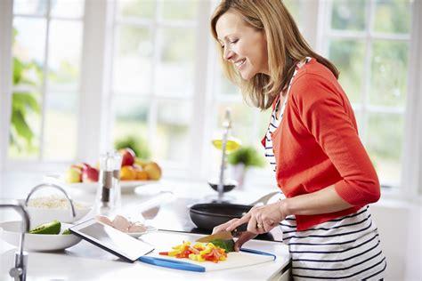femme dans la cuisine 5 trucs pour s organiser en cuisine nautilus plus