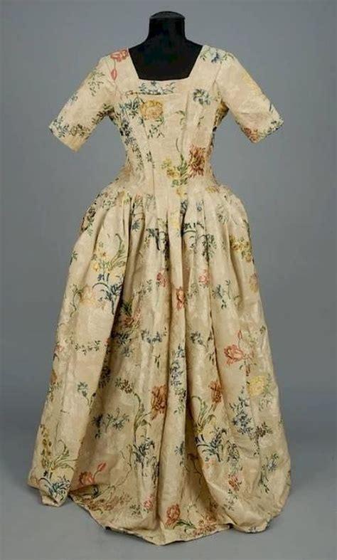 robe ouverte en damas ivoire broche vers  france whitaker auction kleider