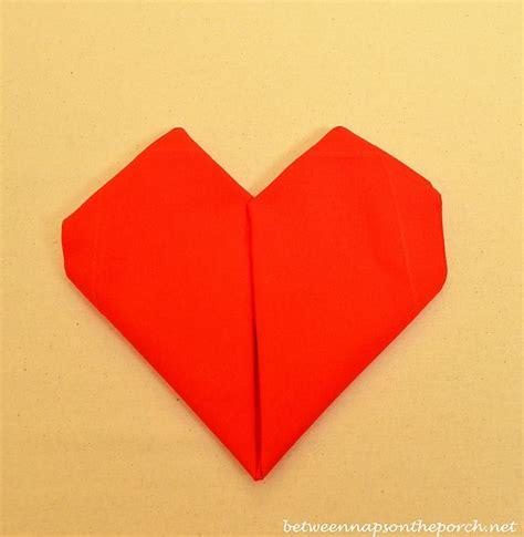 Servietten Falten Herz by S Day Shaped Napkin Fold Tutorial