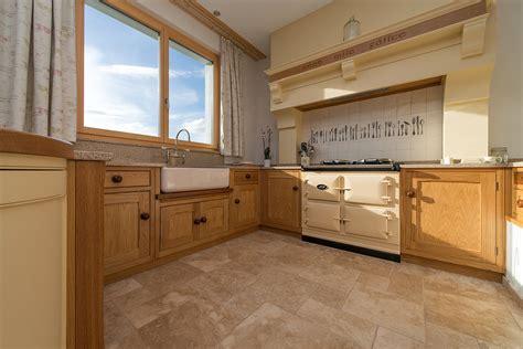 cuisine granite une cuisine en bois avec un sol en travertin