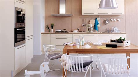 cuisine m騁al et bois la cuisine moderne est en bois clair