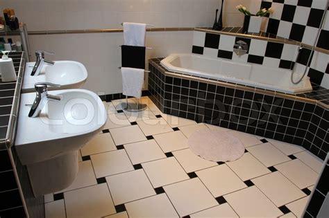 Innenansicht Eines Modernen Badezimmer Schwarz-weiß Lampen Led Wohnzimmer Weiß Landhausstil Raumtemperatur Inspiration Couchtisch Streichen Farbe Moderner Ideen