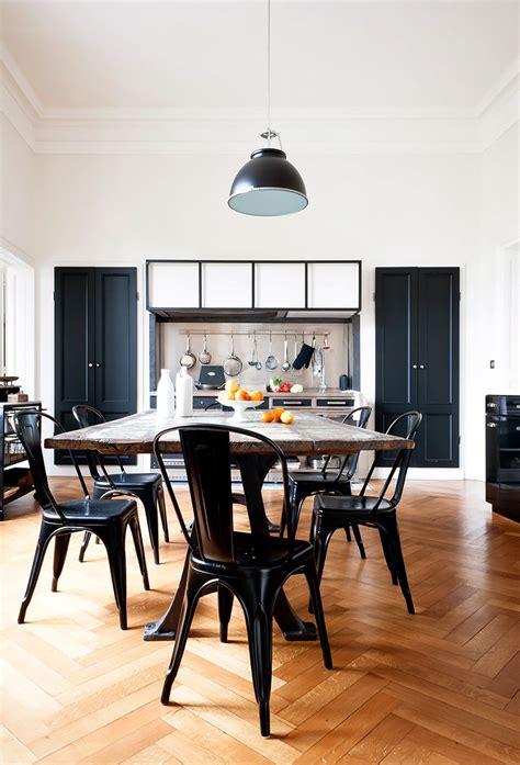 table ancienne et chaises modernes une villa à la française frenchy fancy