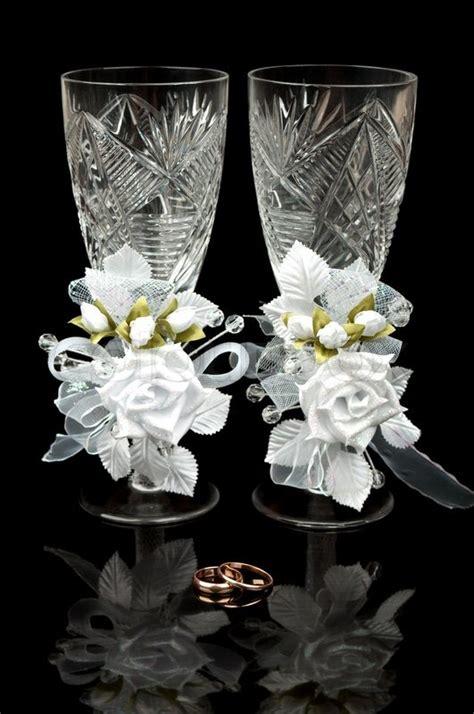 Zwei Hochzeit Becher Und Goldene Ringe Auf Schwarzem. 7ct Wedding Rings. Easy Rings. Interesting Band Engagement Rings. Durable Wedding Rings