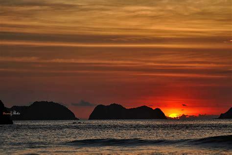 pantai  indonesia  menyajikan pesona sunset luar