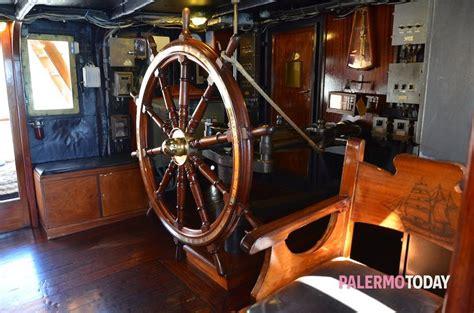 Cabina Di Comando Nave La Nave Scuola Palinuro Sbarca Al Porto Foto Colo