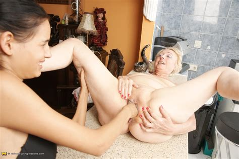 Hot Babe Fisting A Mature Lesbian On The Counter Pichunter