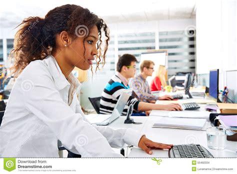 affaires de bureau bureau de femme d 39 affaires africaine avec l