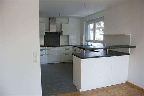 Weiße Küche Mit Schwarzer Granitplatte by Referenzen K 252 Chen Negele
