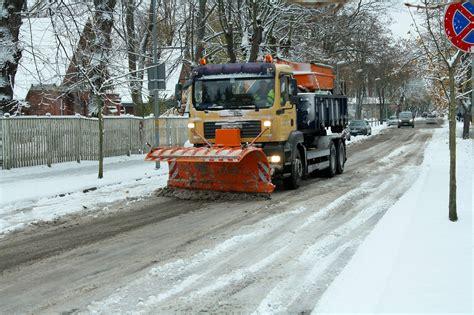 Sniega dēļ šorīt apgrūtināta braukšana pa gandrīz visiem ...