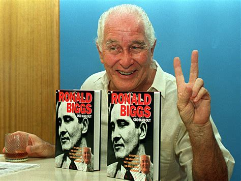 great train robber ronnie biggs dies  age   sbs news