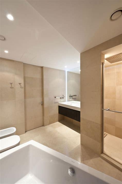 Modernes Badezimmer Beige by Moderne Wohnung Moskau Badezimmer Beige Einbauleuchten