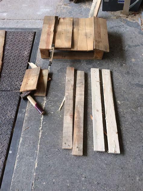 kleiner tisch aus paletten tisch aus paletten resten und kleiner einweg palette alex beckmann