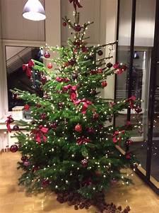 Weihnachtsbaum Pink Geschmückt : der tannenbaum wurde ausschlie lich in rot und violett geschm ckt mit gro en roten schleifen ~ Orissabook.com Haus und Dekorationen