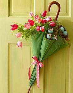 DIY frühlingsdeko idee mit regenschirm und tulpen als