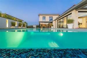 realisations de piscines d39interieur ou d39exterieur a lyon With piscine miroir a debordement 10 piscine semi enterree piscines carre bleu