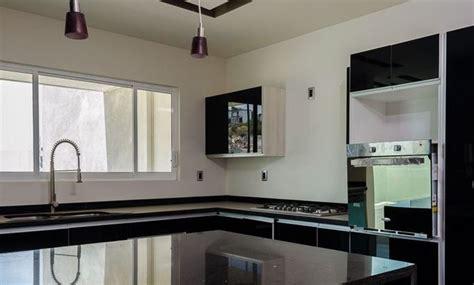 foto cocina al alto brillo  cubierta de granito negro
