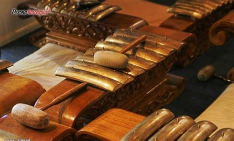 Ketika membahas alat musik dari jawa tengah, otomatis kita akan berbicara tentang gamelan jawa, ensembel musik khas kebudayaan jawa. alat musik dari jawa tengah