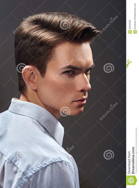 Jeune Homme Beau Avec La Coupe De Cheveux De Mode Photo stock - Image du confiant occasionnel ...