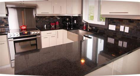 cuisine blanche et inox comptoir de stratifié noir décoration cuisine