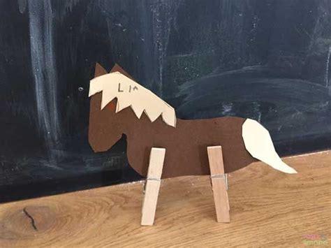 pferd aus pappe und waescheklammern einfach selber basteln kinder basteln und malen kinder