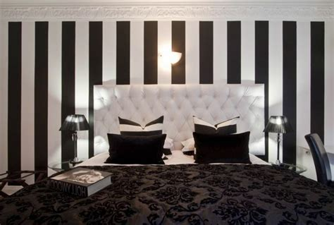 chambre avec dans la chambre le papier peint noir et blanc est toujours un singe d