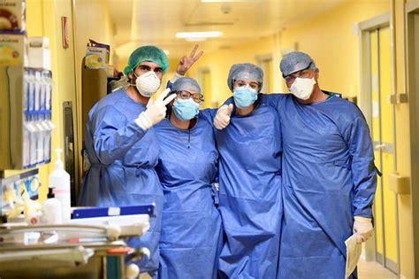 Bệnh nhân có tiếp xúc với f0, được cách bệnh nhân đã được hội đồng chuyên môn của bộ y tế hội chẩn ngày 28/5 kết luận tình trạng bệnh lý nặng trên bệnh nhân cao tuổi, nguy cơ tử vong cao. Bên trong phòng điều trị bệnh nhân Covid-19 thể nặng ở Milan, nước Ý