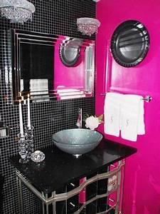 deco salle de bain fushia et noir With carrelage adhesif salle de bain avec lampe kartell led