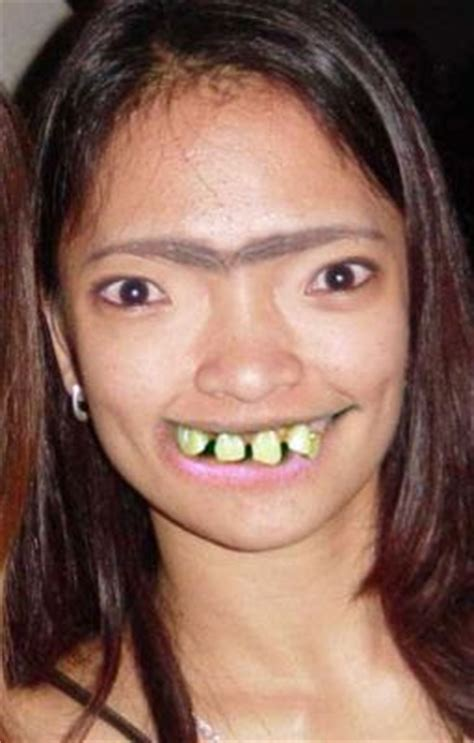 shakira wanita muslim uni brow with bad teeth