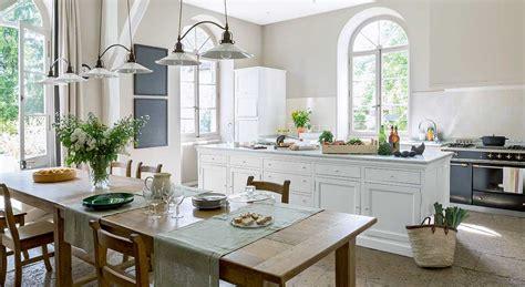 cuisine ilot central design décoration intérieure déco classique chic dans un manoir