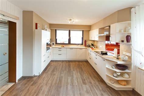 Küche Weiß Holz Modern klassik k 252 che h 228 cker wei 223 modern mit holzoptik und roter