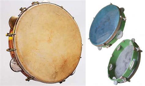 Musik tradisional bali memiliki kemiripan dengan musik tradisional jawa yaitu musik gamelan.perbedaannya terletak pada resonator an maluku,yaitu rebab,gong,dan rebana. Gambar terkait alat musik yang bernama Tamborin Rebana