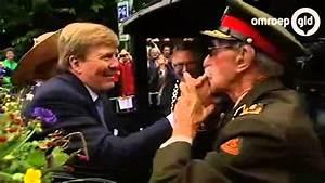Generaal Schudt Hand Van Koning