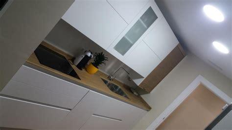 cocina fabricada en pet blanco mate  madera prefabricada