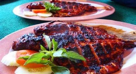 Ikan bakar dengan bumbu bali & sambal mentah spesial, nasi goreng seafood yang disajikan dengan cumi, udang & telor mata sapi, paket ikan bakar kakap, paket udang bakar. ikan kakap bakar kecap   Resep ikan, Ikan bakar, Resep seafood