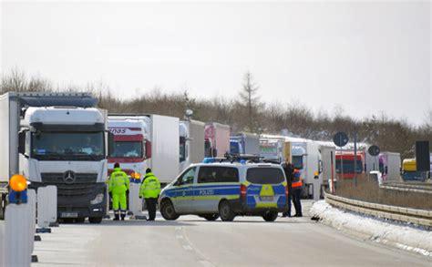 Uz Vācijas un Čehijas robežas izveidojušās garas kravas ...