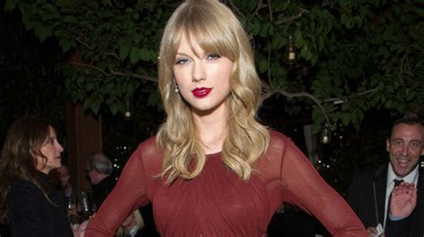 Taylor Swift's Maroon Dress Is Perfect For A Christmas ...