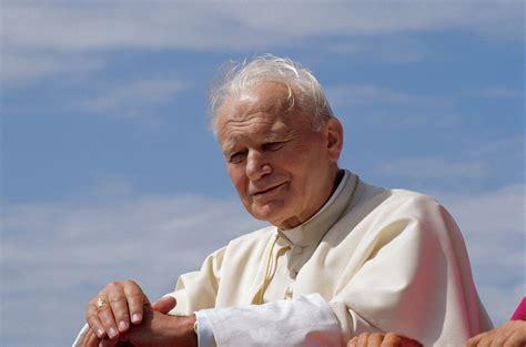paul si e social papa wojtyla le spoglie saranno esposte a roma il 1 maggio
