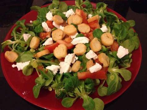cuisiner avec des restes salade tomates fêta croutons recette de salade composée