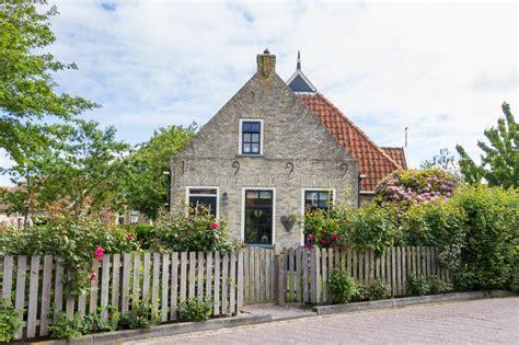 Reizend Kleines Niederländisches Haus Stockfoto  Bild Von
