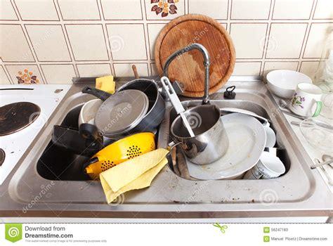 cuisine sale évier malpropre dans la cuisine domestique avec la