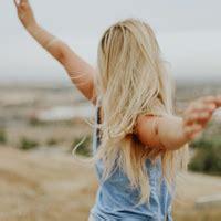 女生张开手臂头像,一个人站在山顶张开双臂图片-女生头像